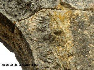 Mausolée de Lanuéjols, détail arche d'entrée